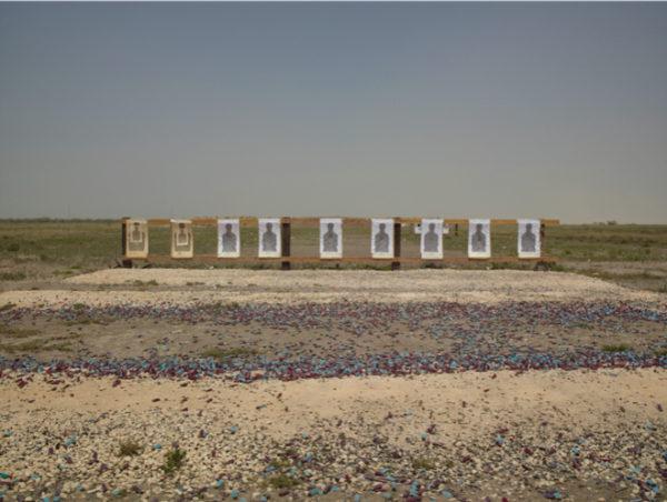 Richard Misrach. Border Patrol target range, Boca Chica Highway, near Gulf of Mexico, Texas (Campo de tiro de la Patrulla Fronteriza, autopista de Boca Chica, cerca del golfo de México, Texas), 2013.